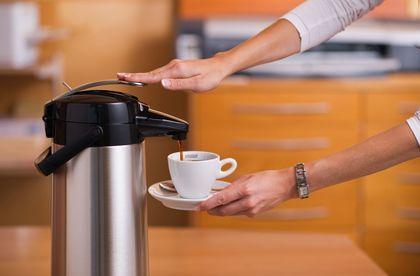 Káva je překapávána přímo do termosky s tlakovou pumpičkou. e94f14789c8